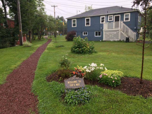 Пешеходная тропинка для соседей (3 фото)