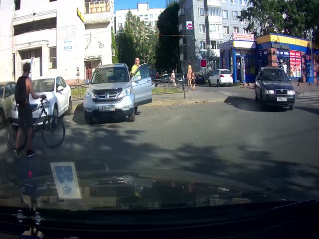 Зазевавшийся велосипедист против автомобилиста