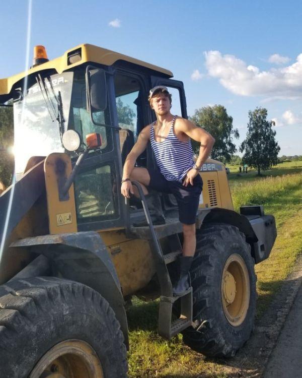 Звезда НХЛ Артемий Панарин прокатился на тракторе, рассуждая о жизни в России (3 фото + видео)