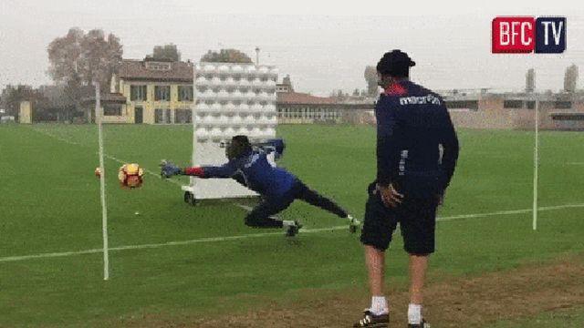 Обычная тренировка футбольного вратаря (3 гифки)