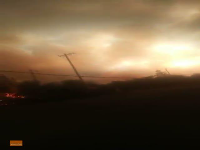 """Спасение от """"огненного торнадо"""" в городе Реддинг"""