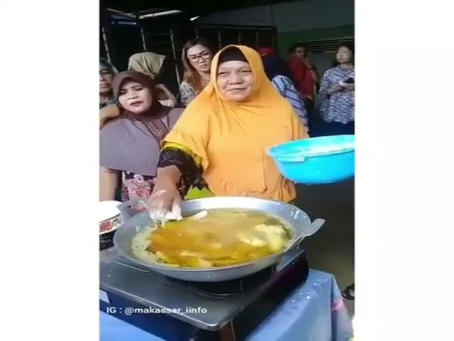 Приготовление выпечки на базаре и кипящее масло