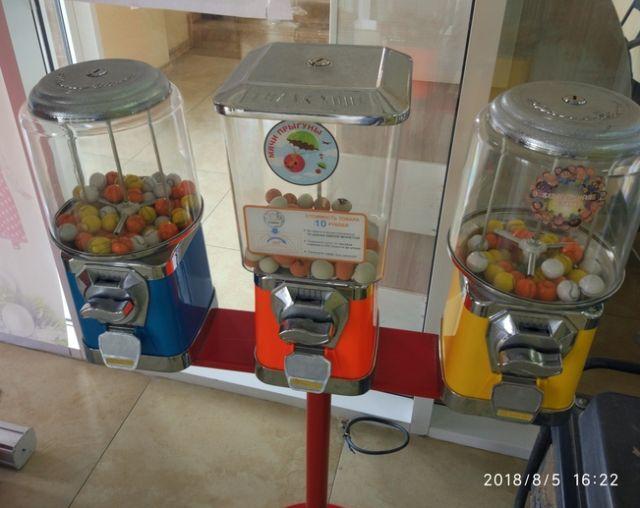 Местные дети и фальшивые монеты (3 фото)