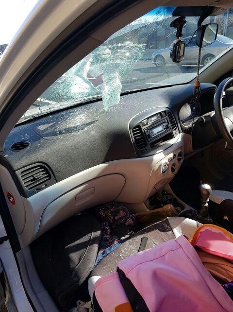 Запчасть от грузовика пробила лобовое стекло (3 фото + видео)