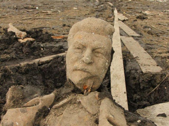 В Кусе на дне пруда обнаружили памятник Сталину (4 фото)