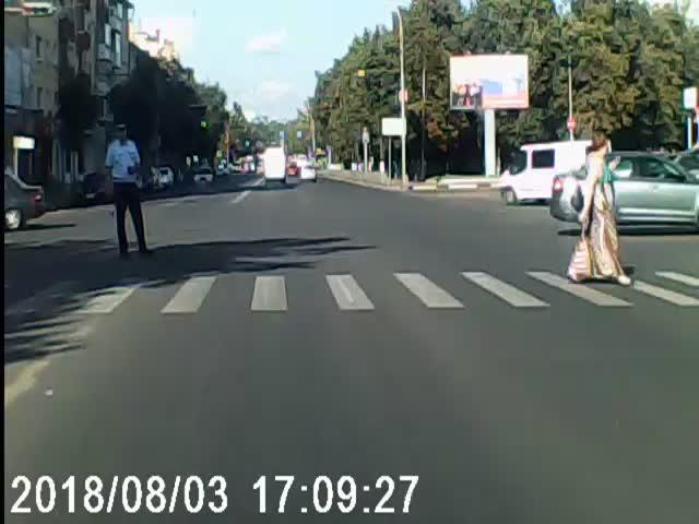 Женщина сбила регулировщика на перекрестке