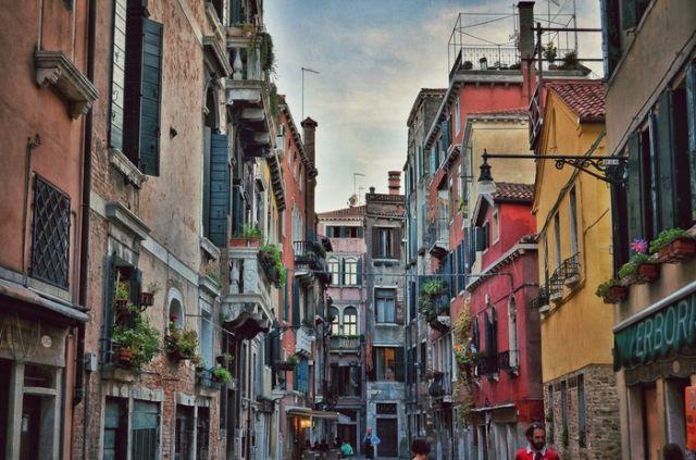 Неожиданное граффити в одном из переулков Венеции (4 фото)