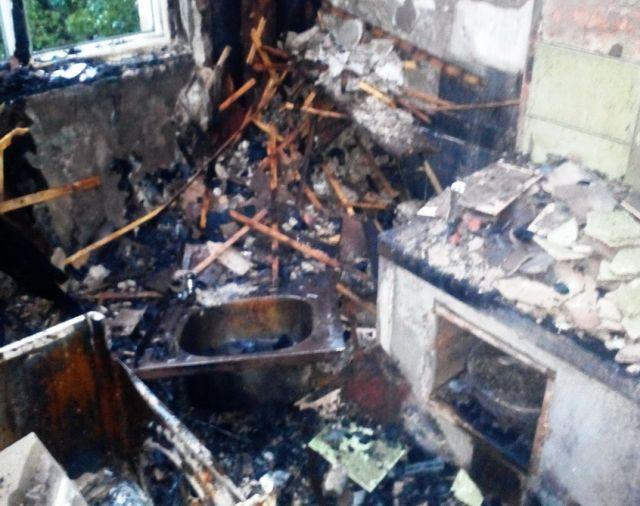 Молния выжгла несколько квартир в жилом доме (3 фото)