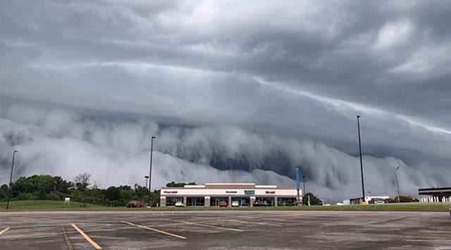 Гигантская волна из облаков (2 фото + видео)