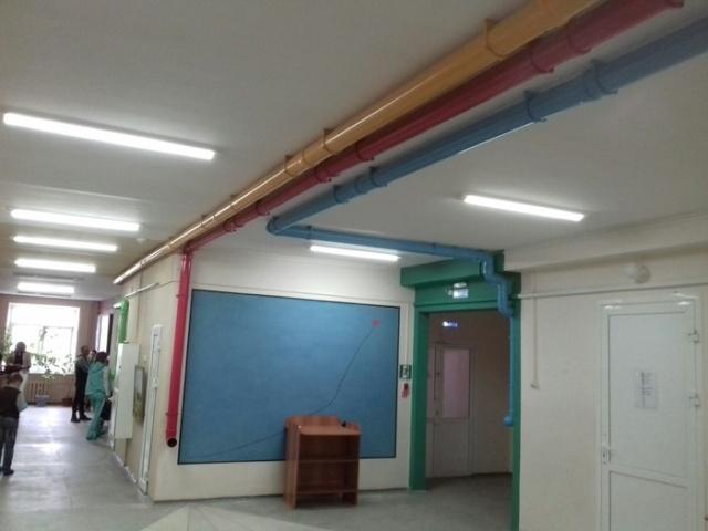 Необычные коммуникации в детской поликлинике (2 фото)