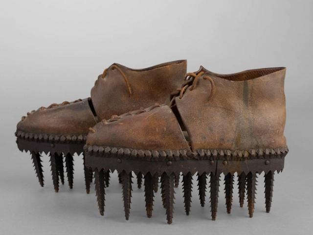Для чего использовалась эта необычная обувь с шипами на подошве? (6 фото)