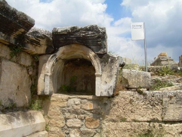 """Древние """"врата в ад"""" в Турции (3 фото)"""