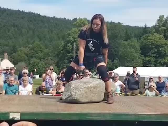 """29-летняя австралийка стала второй женщиной в мире, поднявшей """"Камни Динни"""""""