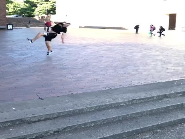 Опасный прыжок в исполнении фрираннера