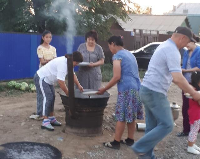 Что празднуют эти жители города Актобе? (3 фото)