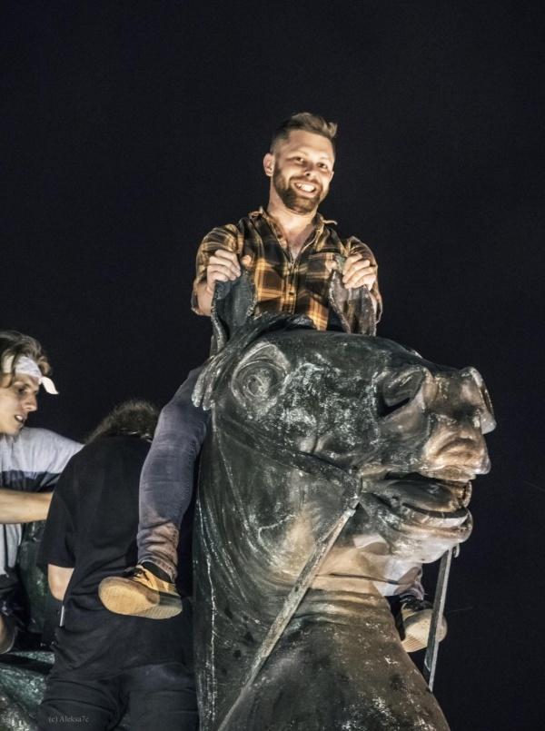 Вандалы хотели разжечь мангал на памятнике Петру I в Санкт-Петербурге (8 фото)
