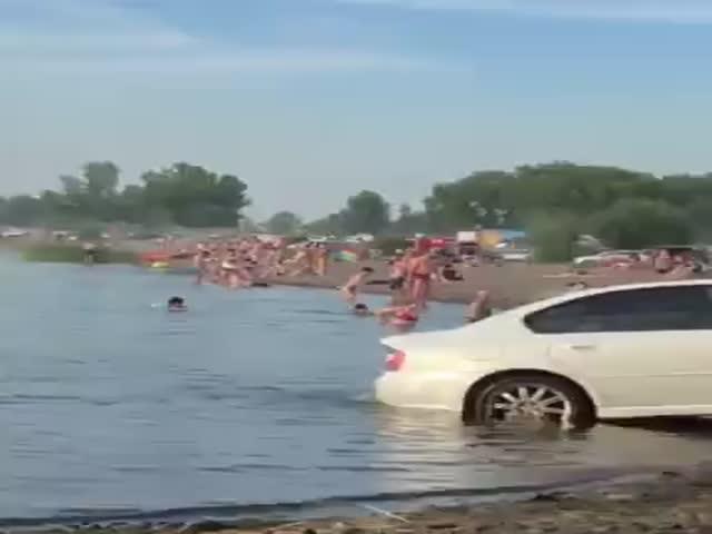 Персональная мойка автомобиля прямо на пляже