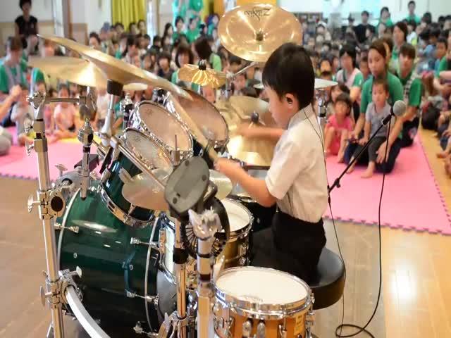 Шестилетний барабанщик, который может соперничать даже с профессиональными музыкантами