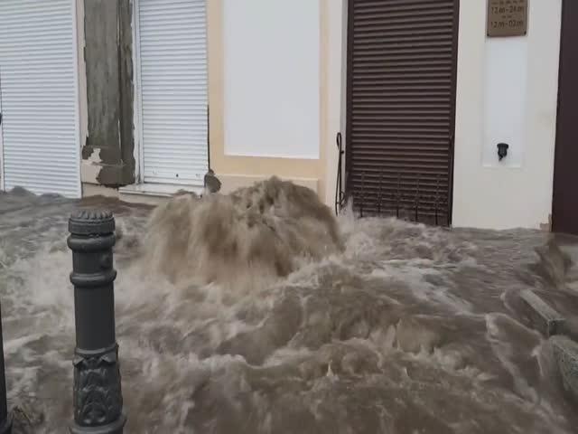 Работа ливневой канализации в центре Владивостока