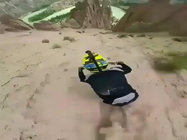 Экстремальный спуск с горы на велосипеде, от которого захватывает дух