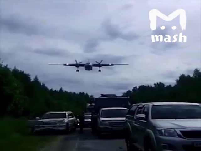 Несколько военных самолетов осуществили посадку на трассу Комсомольск - Хабаровск
