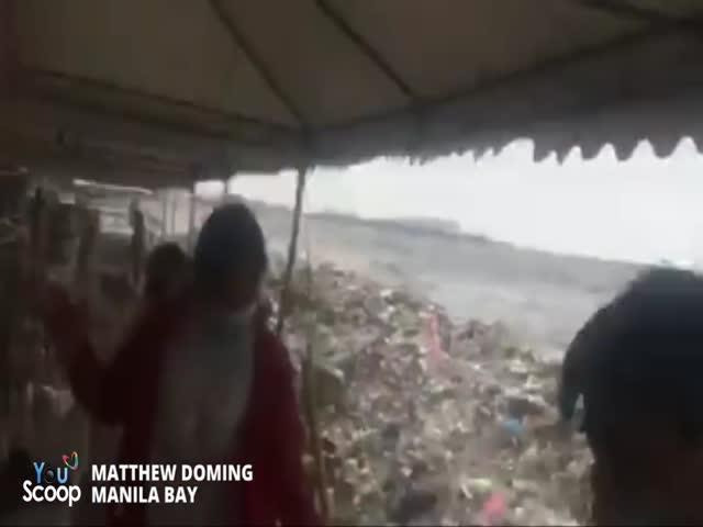 Волны выбрасывают тонны мусора на пляжи в Филиппинах