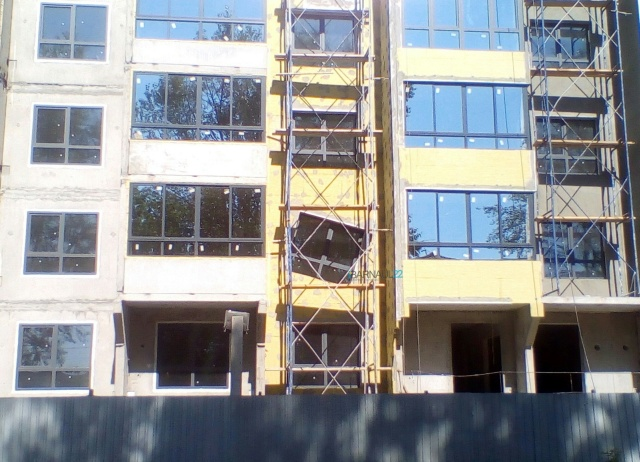 Необычное окно в новостройке в Барнауле (2 фото)