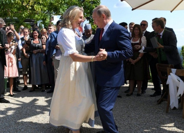 Фотожаба: Путин на свадьбе главы МИД Австрии Карин Кнайсль (2 фото)