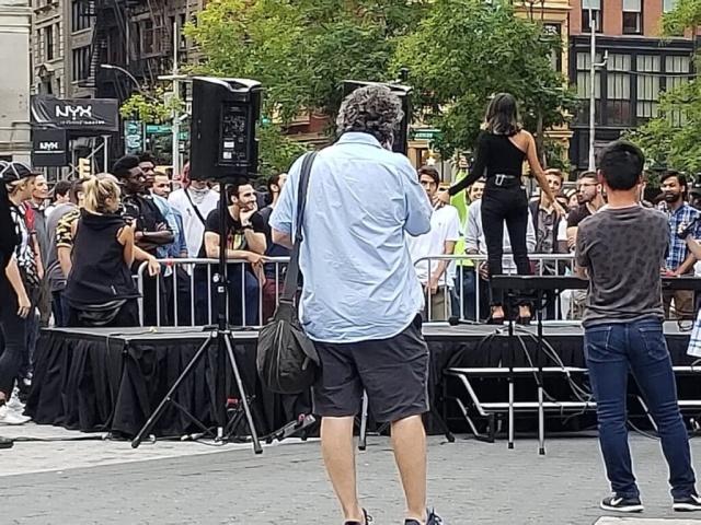 Модель одновременно позвала на свидание сотню мужчин (фото + 2 видео)