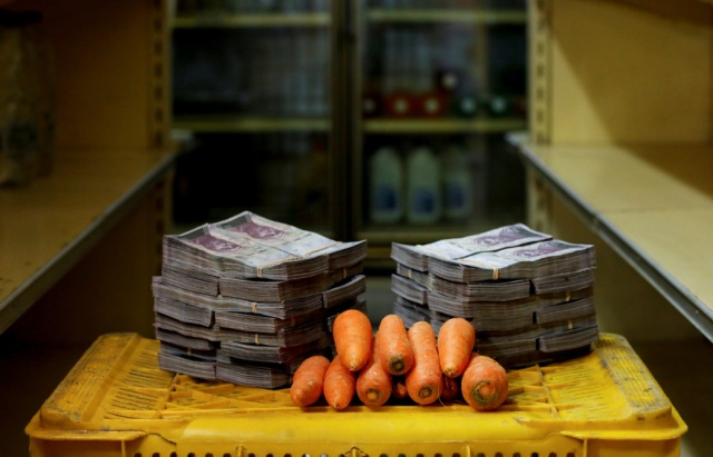 Национальная валюта Венесуэлы и различные товары (13 фото)
