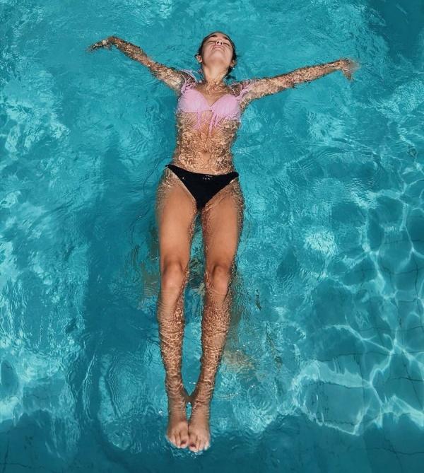 За кадром при создании гламурной фотографии в бассейне (3 фото)