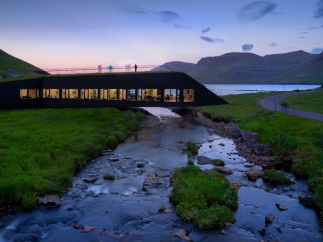 Здание, выполняющее функции моста через реку на Фарерских островах (6 фото)