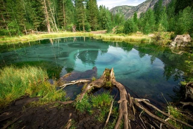 Красивое гейзерное озеро в Горном Алтае (5 фото + видео)