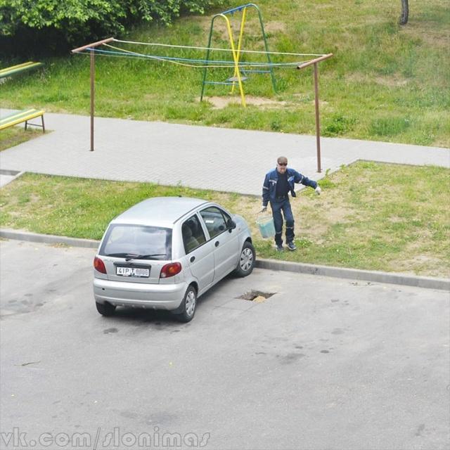 Коммунальщики использовали песок из детской песочницы для ремонта тротуара (4 фото)