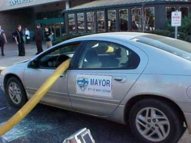 Почему не следует парковаться у пожарного гидранта (13 фото)