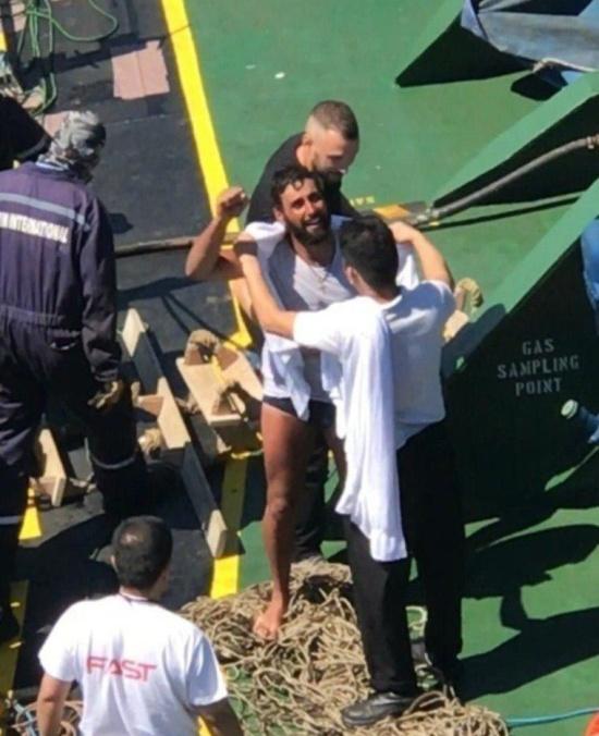 Супружескую пару, дрейфующую на надувной лодке в море, спас Христос (5 фото)
