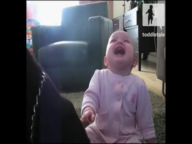 Позитивный ребенок не может прекратить смеяться
