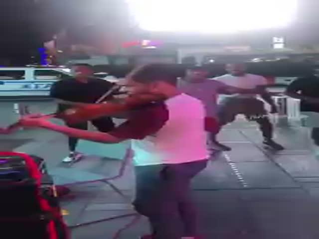 Парни решили поддержать уличного музыканта