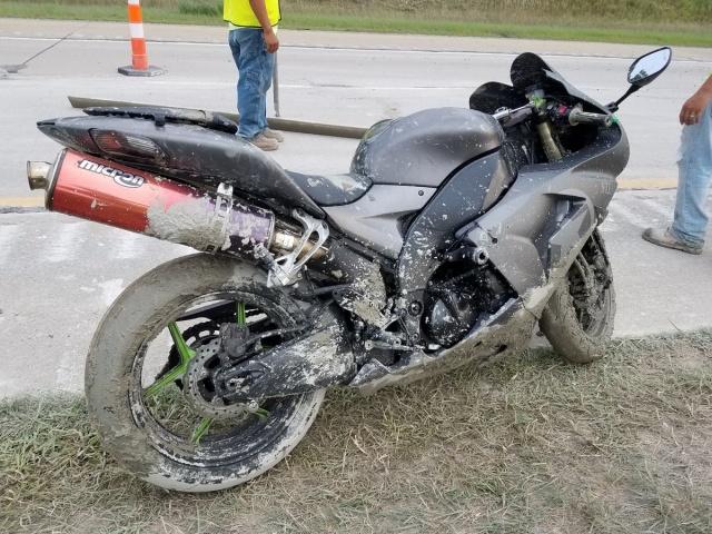 Невнимательный мотоциклист (4 фото)