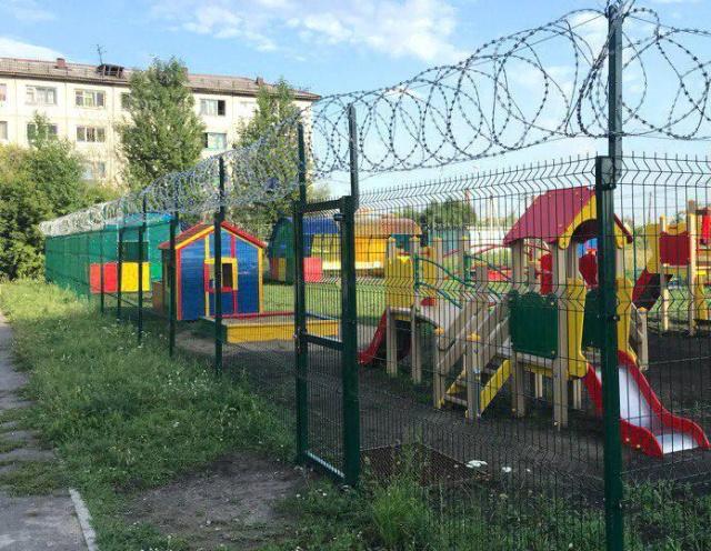 """Детская площадка в Омске с """"защитой"""" от вандалов (2 фото)"""
