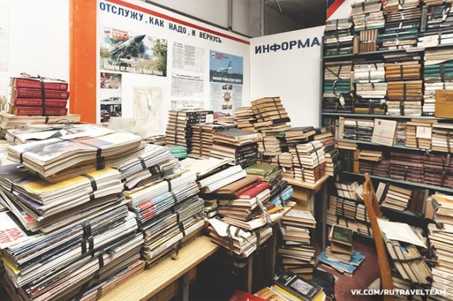 Советское бомбоубежище, полностью заполненное книгами (8 фото)