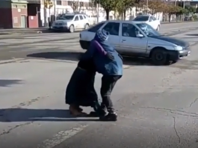 Странный танец на проезжей части с очень неожиданным финалом