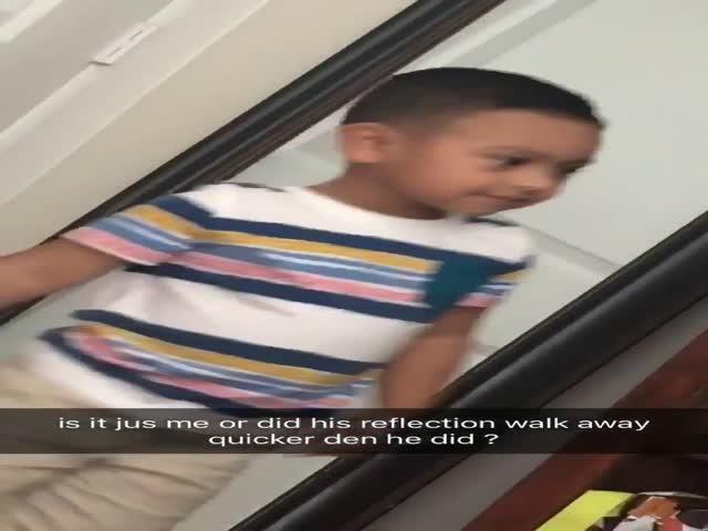 Отражение мальчика, которое живет своей жизнью?
