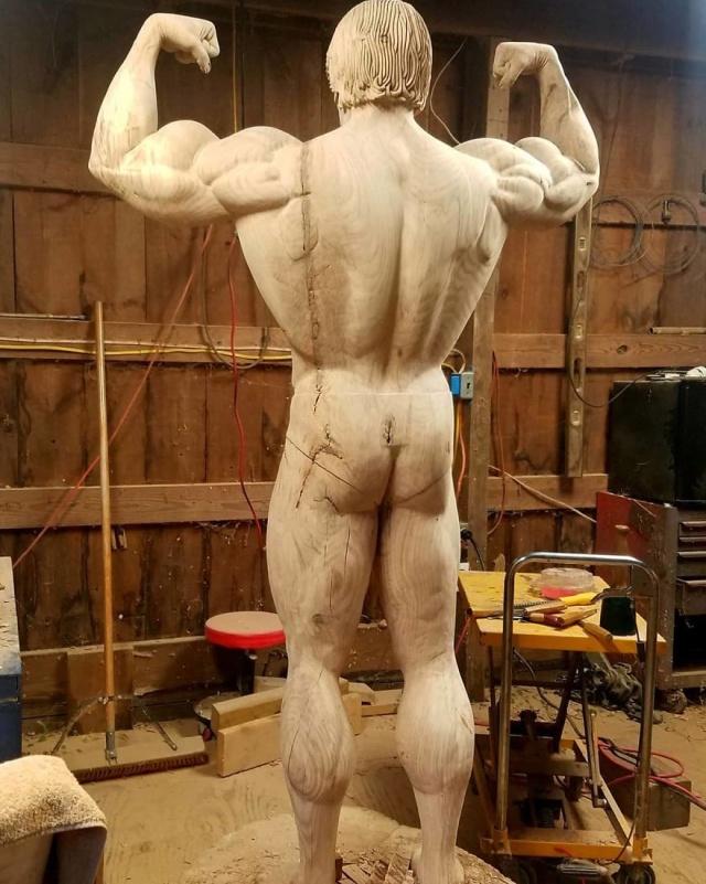 Удивительная скульптура знаменитости, вырезанная из дерева (10 фото)