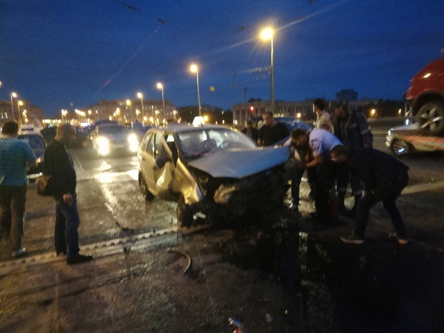 Самопроизвольный развод моста в Санкт-Петербурге стал причиной серьезных аварий (4 фото + видео)
