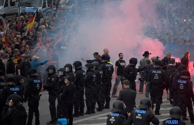 Десятки человек пострадали в результате протестов в городе Хемнице, Германия (13 фото + 2 видео)