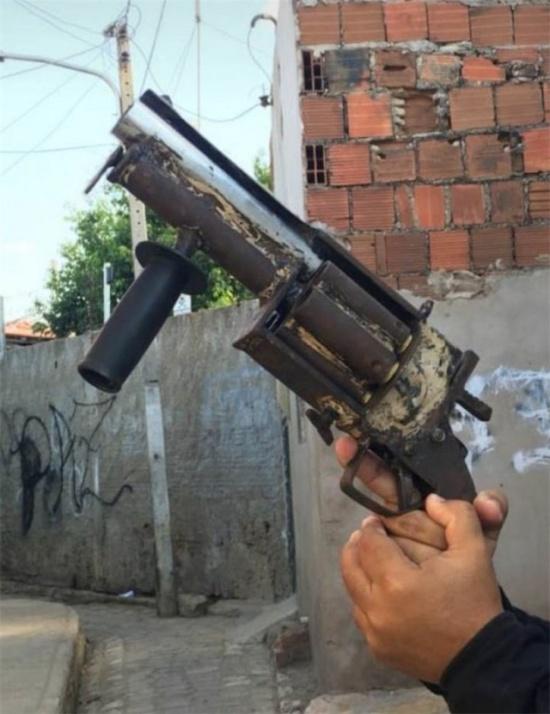 Шестизарядный револьвер из ржавых труб (3 фото)