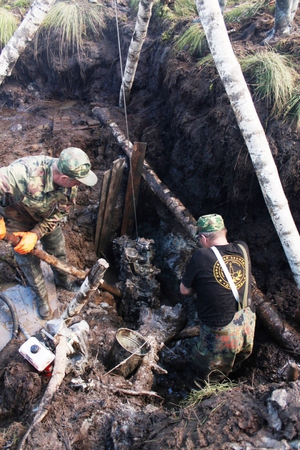 В Новгородской области из болота извлекли американский истребитель (9 фото)