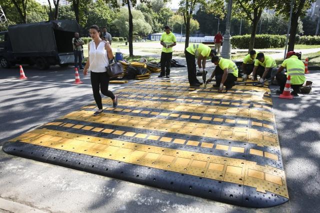 В столице был установлен первый пешеходный переход, приподнятый над дорогой (2 фото)