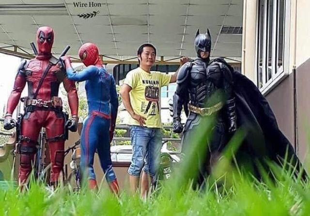 Парень удивил социальные сети своей фотографией с супергероями (4 фото)